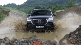 Test obřího SUV pro konzervativní řidiče: SsangYong Rexton stojí méně než Kodiaq, ale občas drncá