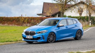 BMW řady 1 mezigeneračně zlevnilo. Vyzkoušeli jsme nejsilnější verzi BMW M135i xDrive