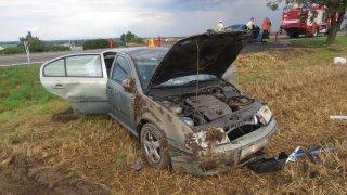 Mladá řidička údajně stahovala za jízdy okno. Nezvládla řízení a svou octavii vyválela v poli
