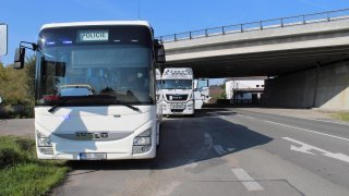 Liberecká policie odhaluje přestupky z tajného autobusu. Z něj je totiž vidět i do kabin kamiónů
