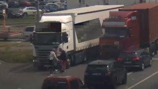 Naštvaný cyklista vybrzdil v Ostravě nákladní auto. K tragické nehodě byl jen kousek