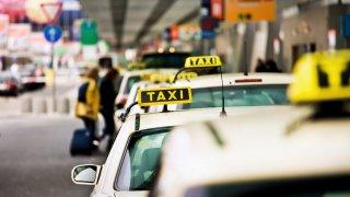 Taxikáři chtějí v pondělí blokovat letiště. Policie slibuje zásah