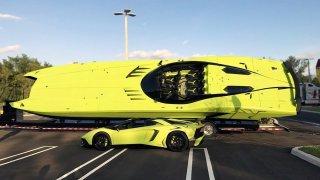 K zářivě zelenému Lamborghini dostanete i pořádný motorový člun