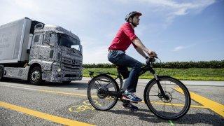 Nový elektronický asistent má chránit cyklisty před sražením. Některá auta to už umí i bez něj