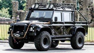 Do aukce jde filmový Land Rover Defender. Proháněl