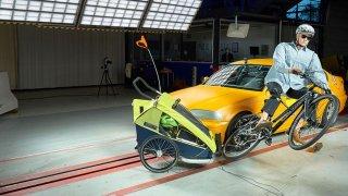 ADAC simuloval srážku auta s cyklistou, který veze různými způsoby děti. Výsledky jsou děsivé
