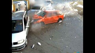 Řidič usnul a sestřelil benzinku i auta stojící u ní. Jednoho ze zákazníků minul jen o vlásek
