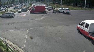 Po nehodě v Pardubicích řidič odjel s vlající kapotou a chybějící částí audi pryč. Vrátil se pěšky