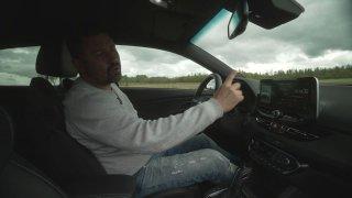 Za volantem sportovního Hyundaie i30N si užíváte pocity závodníka. I díky stopkám.