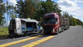 Přetížené kamióny drtí české silnice a dálnice. Nevyhověl každý druhý z policií kontrolovaných