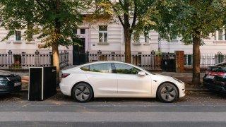 Češi vymysleli, jak kdekoliv dobít elektromobil. Stačí objednat mobilní powerbanku, je zadarmo