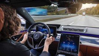 Auta musí útočit na řidiče, když pojede rychleji, rozhodla EU. Použijí vibrace i nesnesitelný zvuk
