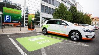 Elektromobily nás nezajímají, ukazují data z českých firem. Jsme pozadu se sítí nabíječek