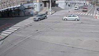 Špatně zabrzděné auto se v Brně rozjelo a jen o kousek minulo kočárek. Projelo i rušnou křižovatku