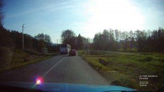 Šílený řidič přejel s linkovým busem železniční přejezd na červenou. Ještě musel kličkovat mezi auty