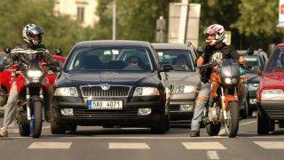 Motorkáři kličkující v kolonách jsou nebezpeční sobě i ostatní řidičům. Zákon na ně nemyslí