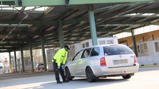 Ministr zdravotnictví konečně uznal, že řidič nutně nemusí mít v autě roušku. Nedávno tvrdil opak