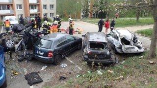 Devatenáctiletý řidič na zlínském sídlišti zdemoloval několik zaparkovaných aut. Své skoro přepůlil