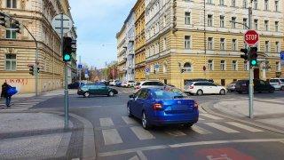 Je zelená, tak jedu. Čeští řidiči bezohledně blokují křižovatky, policie to moc neřeší