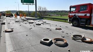 Z bouraného kamionu na pražském okruhu spadly do protisměru betonové kusy kanálů. Zranily motorkáře