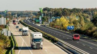 Ministři mají lék na přetížené dálnice - zákaz předjíždění kamionů a jejich nedělních jízd