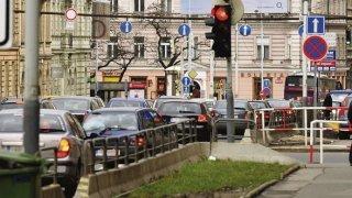 Městská zvěrstva: Tady jsou životu nebezpečné cyklopruhy, nesmyslné kruhové objezdy a umělé ostrůvky