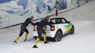 Kokosy na sněhu 2: Blázniví jamajští bobisté znovu na scéně, v tréninku jim tentokrát pomáhá Mini