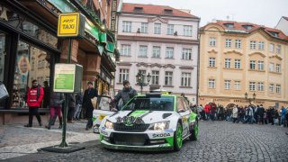 Nejrychlejší taxi v Praze. Rallyový šampion Jan Kopecký vozil zákazníky s vozem Škoda Fabia R5.