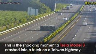 Tesla se zesměšnila při autonomní jízdě. Její autopilot na dálnici přehlédl havarovaný náklaďák
