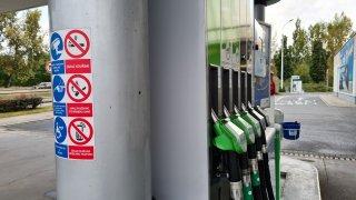 Za rok covidové krize benzin zdražil o dvě koruny. Nafta růst udržela pod korunou díky DPH