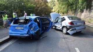 Policie ukázala drsnou honičku v Praze. Agresivní řidič na drogách zničil čtyři auta