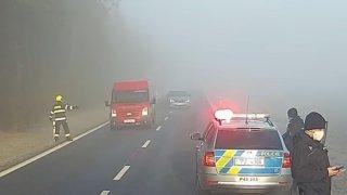 Ledová silnice potrápila řidiče u Plzně. Dvě octavie skončily v příkopu, jedna málem srazila hasiče