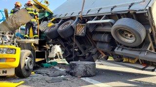 Kamioňák na D1 nejspíš nedával pozor a přehlédl stojící kolonu. Sešrotoval vše, co mu stálo v cestě