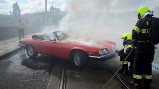 Hasiši v Praze bojovali s požárem krásného Jaguaru
