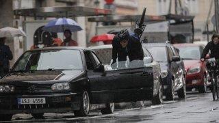 Nepříčetní cyklisté kličkovali v Praze po ulicích. S řidičem, který na ně zatroubil, se chtěli prát