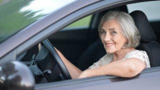Letošní automobilová sezóna je ve znamení kuriózních nehod seniorů. Co se s nimi za volantem děje?