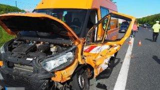 Nepozorný řidič náklaďáku sešrotoval auto údržby silnic. Škoda je skoro dva miliony