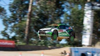 Závodní auta umí i létat. Chce to ale pevné nervy a plyn na podlaze