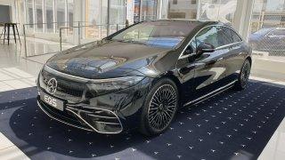 Mercedes přivezl do Prahy nový elektromobil EQS. Ujede 780 km na nabití, baterie má záruku 10 let