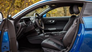 Ford Mustang interiér 31