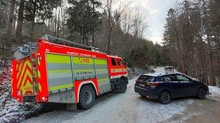 České hory v obležení aut. Kvůli bezohlednému parkování zapadli hasiči, problémy mají záchranáři
