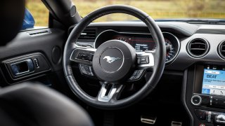 Ford Mustang interiér 4