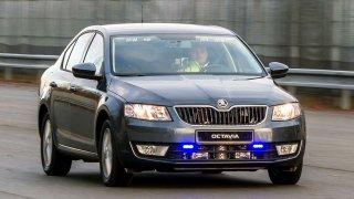 Řidič fotil za jízdy policejní octavii a snímek dal na sociální sítě. Odplata přišla nečekaně brzy