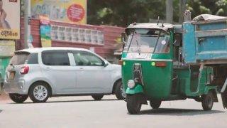 Závody se srílanskými Tuk-tuky skýtají větší zábavu než sledování formule 1. Účastnit se může každý