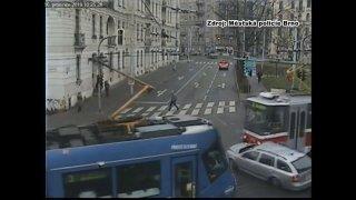 Video: Podívejte, jak se řidiči povedlo vlisovat mezi dvě tramvaje. Byla to jednoznačně jeho vina