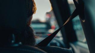 Kdo dobrovolně sedne vedle opilého řidiče, neriskuje jen zdraví. Při nehodě může přijít i o peníze