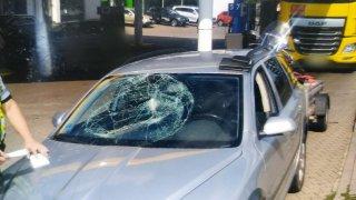 Policisté chytli řidiče, který se při jízdě vykláněl z okna. Přes rozbité čelní sklo totiž neviděl