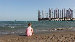 Fotr na tripu - industriální pláž, Ázerbájdžán