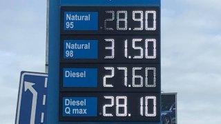 Nafta měla skokově zlevnit o korunu. Snížení spotřební daně se ale zatím téměř neprojevilo