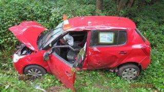 Nepřipoutaný řidič při nehodě u Lázní Bělohrad vypadl z auta. Vezl s sebou dítě
